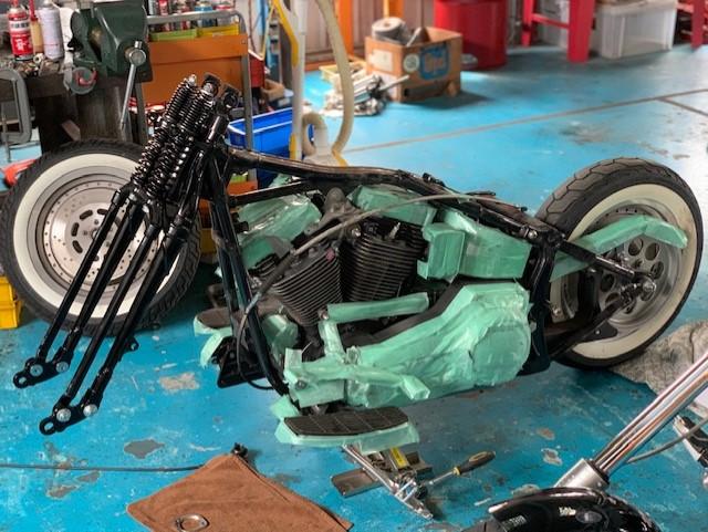 山口県下関市のCRAIZE MOTORCYCLE (クレイズモーターサイクル) のハーレー(Harley-Davidson)やバイク(単車)を扱うお店のEVO、ソフテイル、カスタムのスプリンガーフォーク取り付けイメージ02